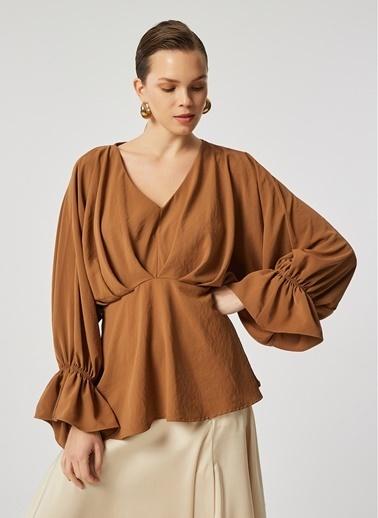 Monamoda Yarasa Kol Beli Kesikli Cupra Kumaş Bluz Camel